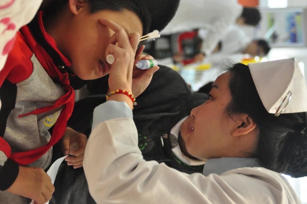 2011-12-1 爱尔眼科医院-皖蓼小学73名学生视力检查 062